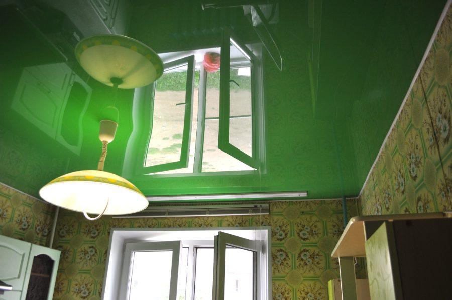 Цветной потолок на кухне