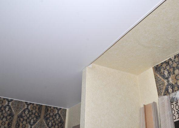 Натяжной потолок в спальне с нишей для шкафа-купе