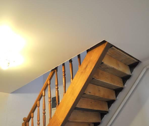Обход лестницы на второй этаж на натяжном потолке результат