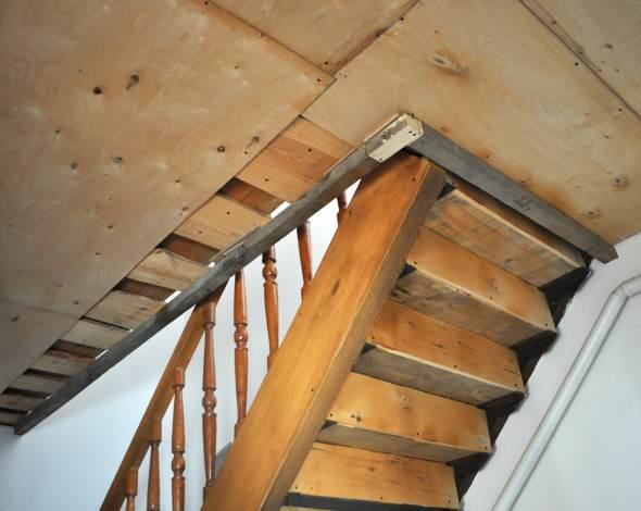 Обход лестницы на второй этаж на натяжном потолке