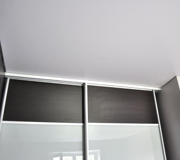 Белый сатиновый натяжной потолок на шкафе-купе